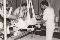 Dr-Giuseppe-Forte-mentre-esgue-gesso-per-Scoliosi-2